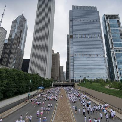 Chicago Marathon Runners run towards city
