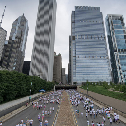 Chicago Marathon Runners run towards city
